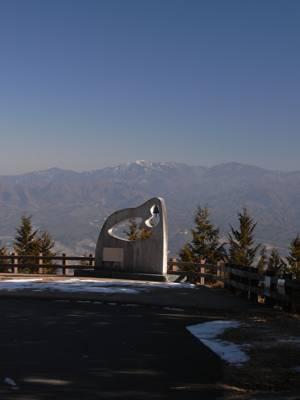 田中澄江の記念碑。後ろは金峰 ...